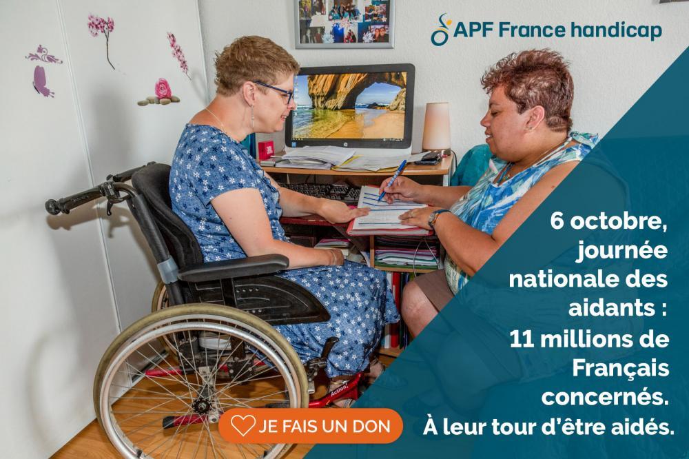 Une personne en situation de handicap et une personne aidante, remplissant un dossier administratif